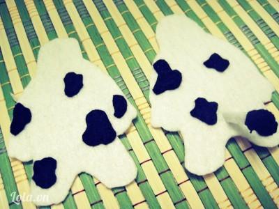 Tiếp tục cắt vài mẩu vải với hình dáng tùy thích và may đính lên các vị trí ngẫu nhiên của cả hai mẩu thân trước, sau: