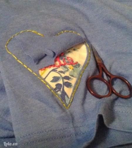 Cắt theo hình trái tim đã thêu, do có đường chỉ xung quanh do đó ta sẽ không sợ phần vải của áo thun bị tưa ra nếu bạn có giặt áo