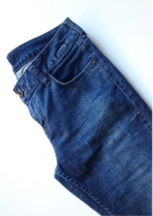 Thử chiếc quần jean, rồi dùng phấn vẽ kích thước chiều dài của short mà bạn muốn cắt