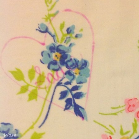 Vẽ hình trái tim và chữ lên trên vải , bạn chọn phần vải có họa tiết hoa để vẽ nhé
