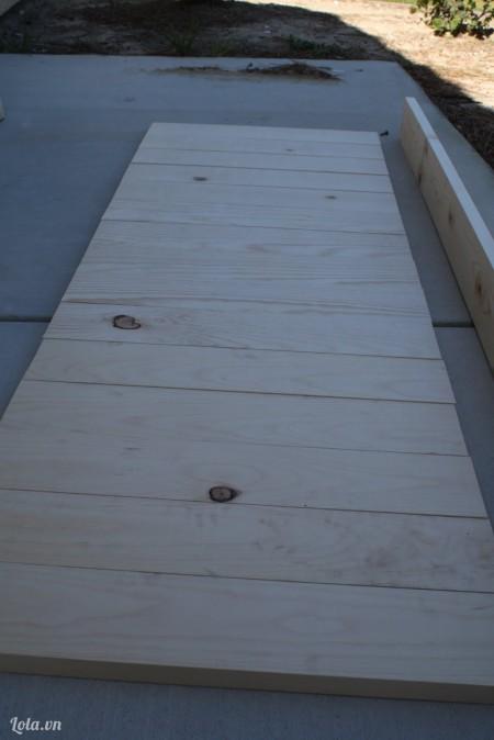 Bắt đầu cắt những miếng ván gỗ cho đầu ghế