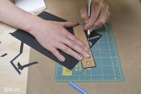 Sau khi kẽ xong thì bạn dùng dao mũi nhọn cắt bỏ những miếng nhỏ