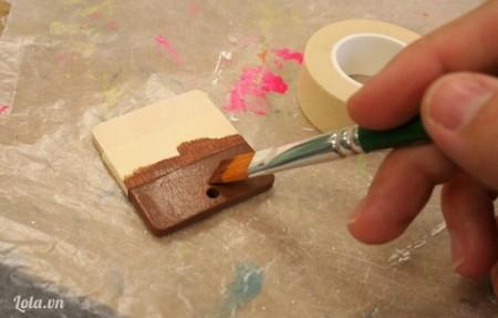 Dùng màu sơn nâu sơn phủ lên trên nữa mặt gỗ và đợi khô