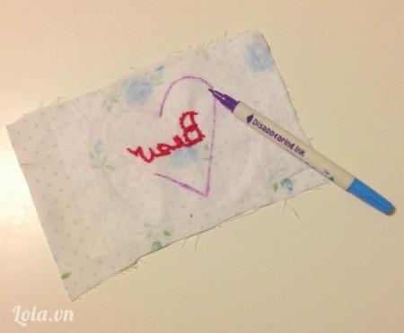 Cắt vải ra rồi lật ngược mặt trái lại, dùng bút tô lại thêm lần nữa. Thêu hình chữ trước