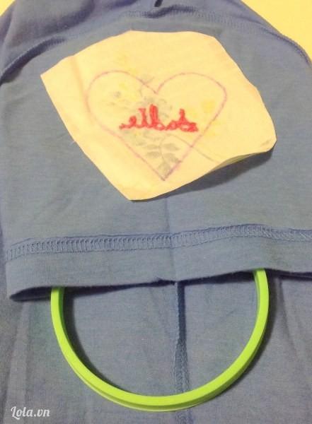 Lật ngược mặt trái của tay áo rồi đặt vải có hình trái tim lên trên