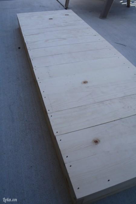 Đóng những khung gỗ lại với nhau lên khung, giờ ta có một chỗ ngồi rồi nè