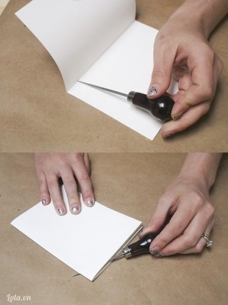 """Đo 1/2 """" từ mép giấy ngoài vào. Lấy dụng cụ đục lỗ bạn đục 2 lỗ ở hai bên trái và phải"""