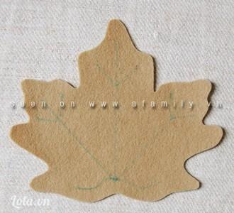 Dùng bút phớt hoặc bút chì vẽ phác đường gân lá trên chiếc lá màu nhạt. Đầu tiên vẽ 3 đường thẳng tỏa ra từ điểm gốc của chiếc lá tới các đỉnh cao nhất của lá. Từ các đầu đoạn thẳng vừa vẽ, vẽ thêm hai nhánh nhỏ khoảng 1cm tỏa ra. Cũng từ điểm dưới cùng đó, vẽ hai đường cong dài khoảng 1.5cm tỏa ra hai bên.