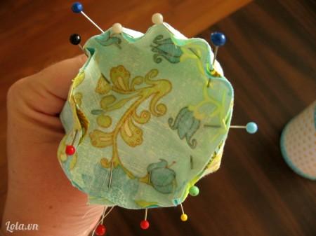 Dùng miếng vải vòng tròn đặt lên miếng vải hình chữ nhật, lấy kim tây cố định xung quanh để làm đáy