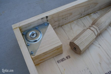 Gắn một cái bảng lề lên trên khúc gỗ để gắn chân vào