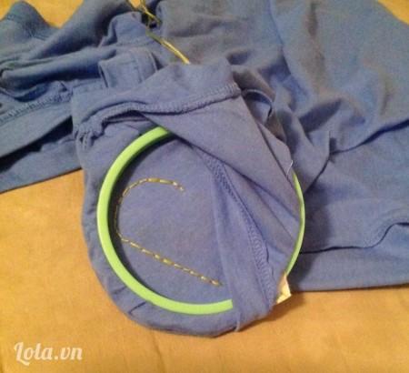 Lúc này ta thấy là phần chỉ thêu đã dính lên tay áo, do lúc đầu ta đã kẹp phần vải tay áo chung với mẫu thêu.