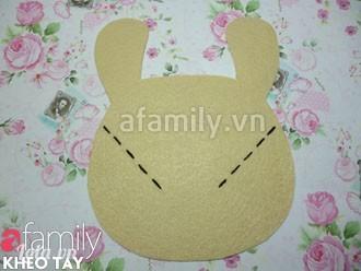 Bạn khâu chỉ đen theo 2 đường nét đứt trên mẫu (tạo hình chữ V) trên mặt của chú thỏ.