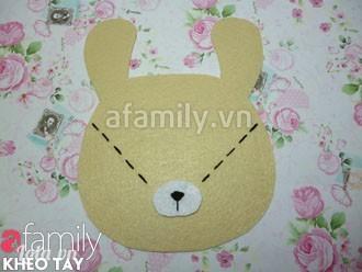 Dùng keo dán cố định phần mũi thỏ ở góc chữ V trên mặt thỏ.