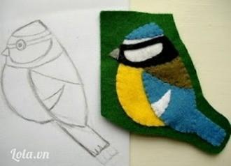 Ghép các bộ phận chim sẻ ngô lên một miếng vải dạ nền tối màu, nên chọn nền màu xanh lá hoặc màu nâu để giống với màu cây lá tự nhiên. Dùng kim ghim cho ổn định, hoặc bạn có thể dán sơ qua cho các miếng dạ không lộn xộn. Dùng mũi khâu thùa khuy hoặc khâu vắt để khâu theo viền ngoài các bộ phận của chú chim, khâu luôn vào lớp vải nền.