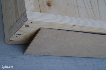 Để đóng cái mặt ghế lên khung cũi ta chèn thêm mấy miếng gỗ keo đính kèm trực tiếp vào mặt sau của hộp ghế
