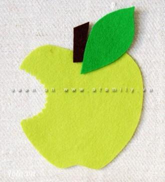Khoét miếng vải xanh hình quả táo còn lại theo đúng hình bạn đã khoét ở quả táo trước. Đặt chiếc lá và cuống lá lên quả táo xanh này.