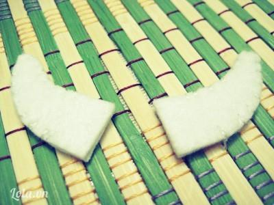 Chắp 4 mẩu vải trắng làm sừng Lambo thành từng cặp và may nối chúng lại. Xong cặp sừng ' '  Cẩn thận đặt các thành phần đã làm ra chỗ khác và bắt đầu thực hiện phần thân.