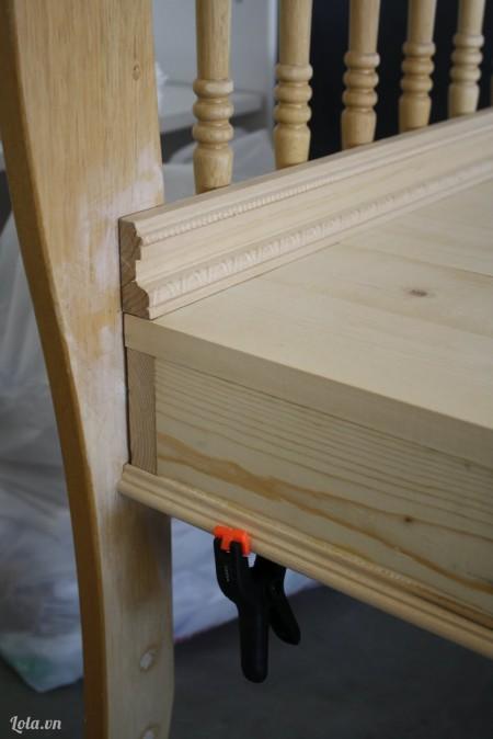 Kế tiếp là gắn chỗ ngồi vào cũi và dùng ván ép trang trí thêm vài họa tiết lên trên đó