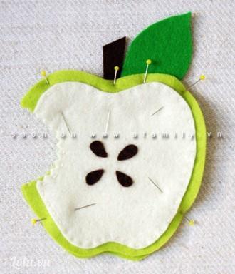 Sau đó bạn đặt phần quả táo đã khâu hạt lên trên phần quả táo có cuống và lá. Dùng ghim nút giữ cố định.