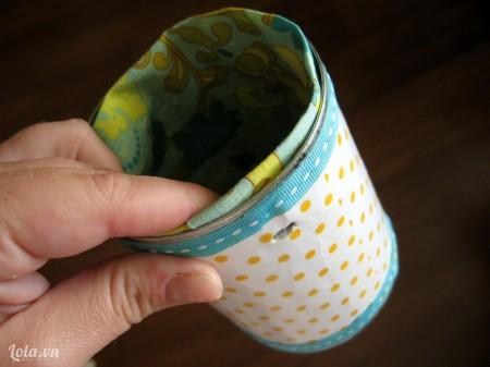 Đục một lỗ nhỏ bên hông lon rồi đặt miếng vải vào bên trong lon