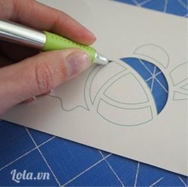 Dùng dao mũi nhọn cắt bỏ các chi tiết bên trong chỉ chừa lại các đường bên ngoài