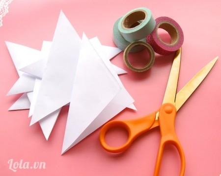 Cắt đôi giấy A4 thành 7 tờ rồi gấp chéo lại thành hình tam giác