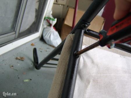 Trước tiên bạn tháo bỏ phần đệm ghế ngồi ra