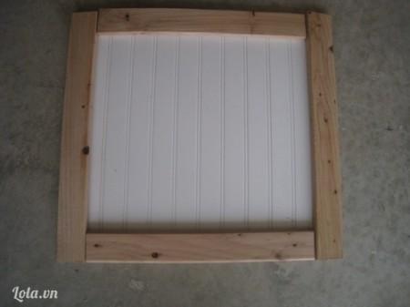 Sắp xếp các miếng gỗ lên trên miếng la phông