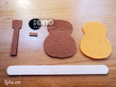 Các ấy cắt vải dạ thành hình cây đàn gồm có những bộ phận như thế này nhé, riêng thân đàn thì cắt làm 2 miếng khác màu nhau nghen.