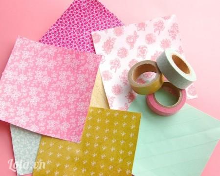 Kế tiếp dán băng keo washi phủ đầy 1 mặt trên các tờ giấy trắng đó