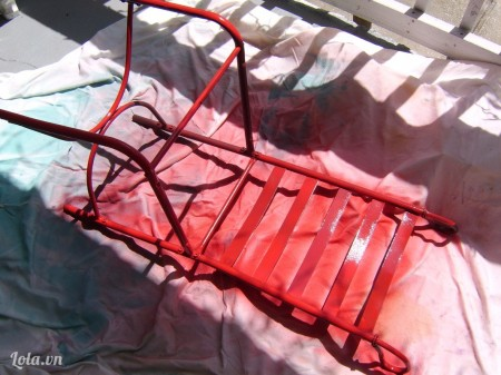 Rồi dùng keo xịt sơn lên ghế, đợi cho sơn khô