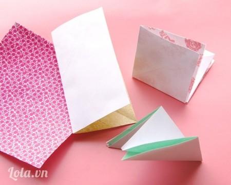 Rồi gấp đôi các tờ giấy, gấp đôi lần nữa. Gấp lại tạo thành các đường chéo. Lặp lại cho các tờ giấy còn lại