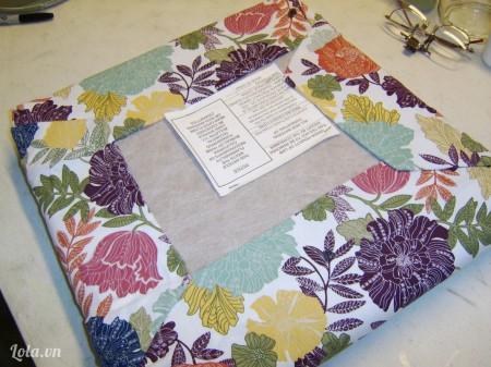 Rồi dán phủ vải xung quanh đệm ngồi