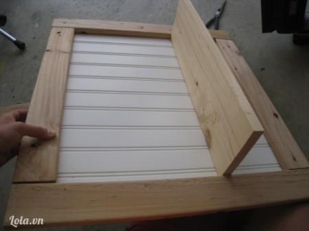 Kế tiếp dán thêm một khúc gỗ có  kích thước bề dài bằng với kích thước của khung