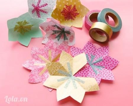 Dùng băng keo dán các cánh hoa còn lại với nhau tạo thành 4 hoa hình chén, trang trí băng keo washi lên trên làm nhụy