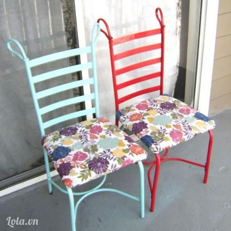 Sau khi chiếc ghế đã khô sơn thì bạn gắn phần đệm ngồi lên trên lại là xong nhé