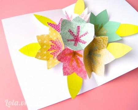 Kế tiếp bạn dán các cánh hoa lên trên nữa bên thiệp còn lại, dán thêm các hoa 6 cánh lên trên xung quanh thử đóng mở thiệp ra để tạo các khớp giấy