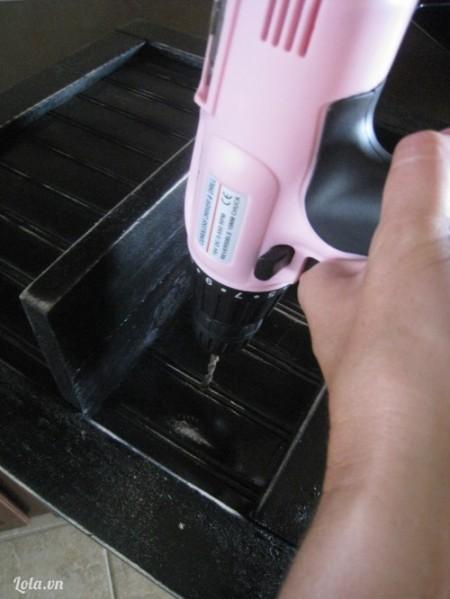 Sau khi sơn đã khô thì khoan lỗ lên trên miếng la phông nằm dưới để làm móc treo