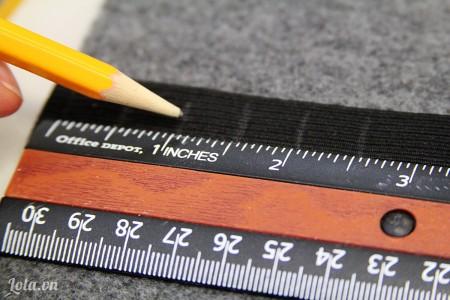 Lấy bút đánh dấu lên trên dây thun theo thứ tự cách nhau 2 cm