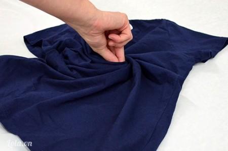 Giặt và ủi chiếc áo cho thẳng, dùng ngón tay trỏ cuộn tròn phía trước áo tạo thành xoắn ốc