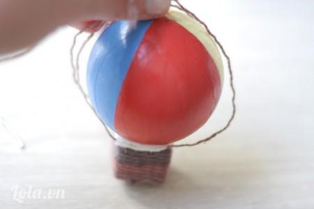 Đặt quả cầu vào giữa rồi dùng keo dán các dây lên trên quả cầu