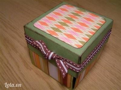 Cho các lớp giấy này vào bên trong, ngoài hộp cũng trang trí thêm, lấy dây ruy băng buộc nơ để giữ chặt hộp lại