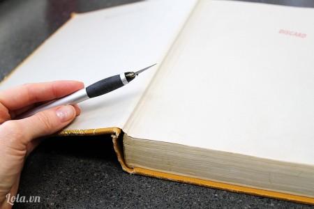 Sổ tay càng dầy càng tốt, bạn dùng dao cắt bỏ phần ruột giấy bên trong