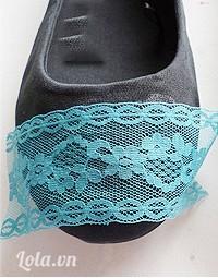 Cắt một đoạn nhỏ ren dán lên trên mũi giày trước