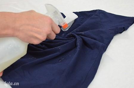 Pha nữa phần nước và nữa phần thuốc tẩy vào trong bình, phun xịt lên giữa áo