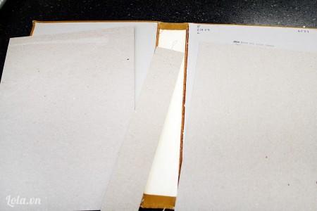 Lấy giấy bìa cắt theo kích cỡ của bìa và lỗi sách