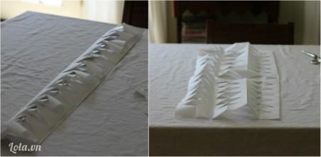 Gỡ giấy ra rồi đặt lên giữa mặt bàn