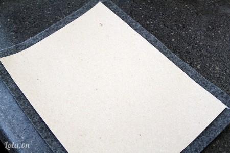 Dán bên ngoài là một tờ vải nỉ, để phần vải nỉ dư ra ngoài vài cm