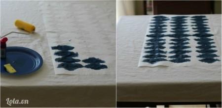 Lót miếng vải cũ dưới mặt vải. Dùng cây cọ hoặc miếng bọt biển lăn dài lên trên giấy, thấm qua phần khăn trải bàn