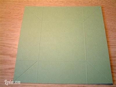 Cắt tiếp một tờ giấy khác kích cỡ : 6 ¼ x 6 ¼  .Bêb trong chia 4 góc kích thước như sau : 1 1/2 inch